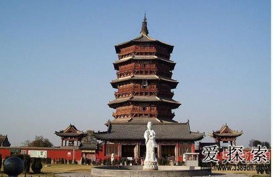 4.应县释迦塔(木塔)   释迦塔全称,佛宫寺释迦塔,位于中国中西部的山西省应县城内西北佛宫寺内,因其全部为木构,通称为应县木塔。塔总高67.31米,是中国现存唯一的纯木构大塔。   应县木塔为平面八角形五层六檐楼阁式,总高67.31米。塔身矗立在一个大型砖石基座之上,基座分两层,下层方形,上层八角形,高4.