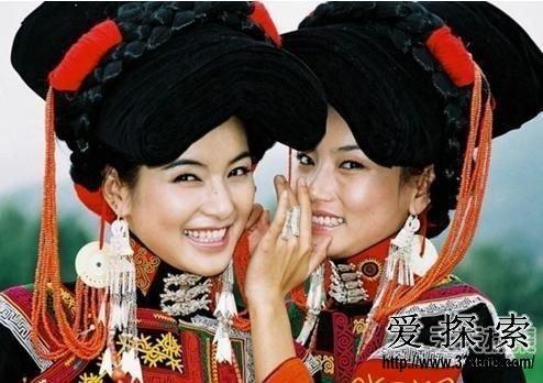 云南彝族少女
